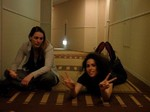 Les filles font les folles dans l'hôtel